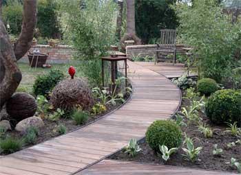 Holzsteg durch den Garten
