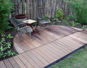 Holzsteg mit Sitzbereich